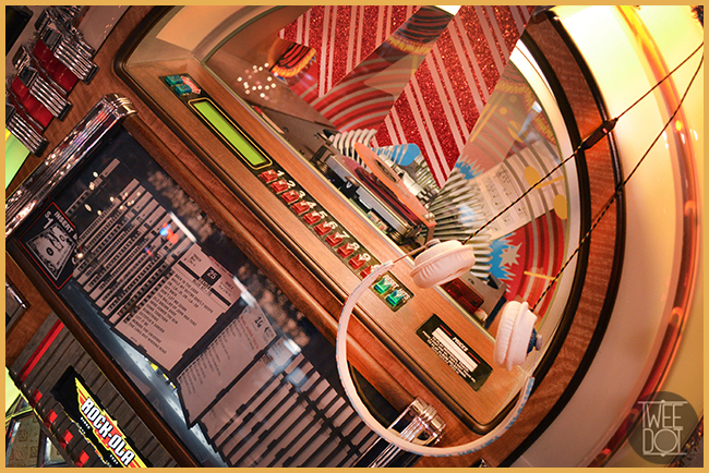 Tweedot blog magazine - cuffie on-ear House of Marley - Mel's Drive In Hollywood juke box by Laura Manente Italian blogger