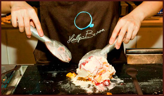 Tweedot blog magazine - holly Brown gelateria ad Hong Kong mantecatura con le spatole