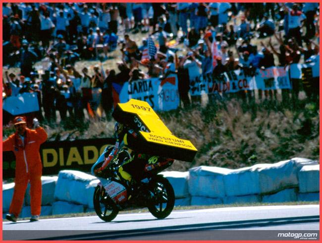 Tweedot blog magazine - rossifumi Valentino Rossi 1997 foto sportive della storia