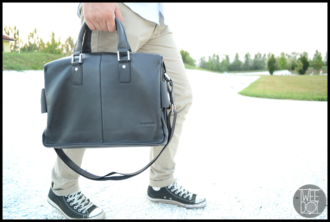 Tweedot blog magazine - style man's look chinos, converse, camicia e borsa in pelle