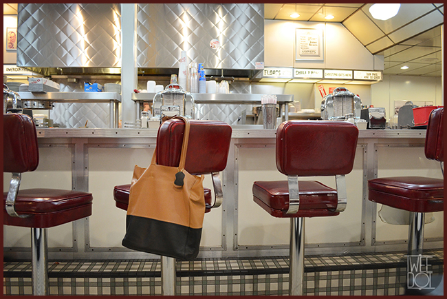 Tweedot blog magazine - Johnny Rockets Los Angeles The Grove - DuDu Bags shopper