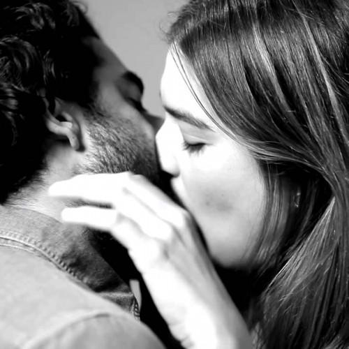 First Kiss Viral - TWEEDOT